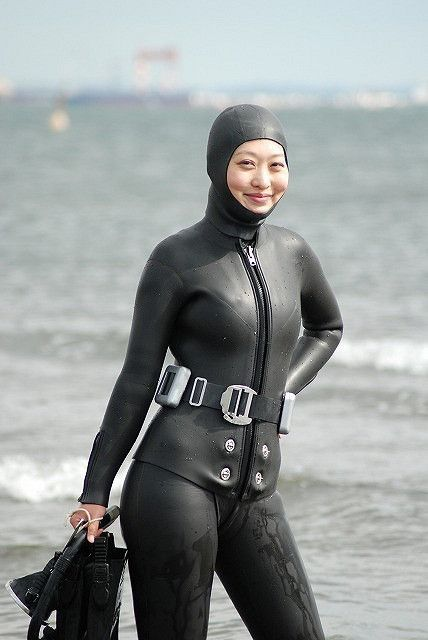 japanese-girl-in-a-wetsuit-gif-blonde-girl-with-pussy-open