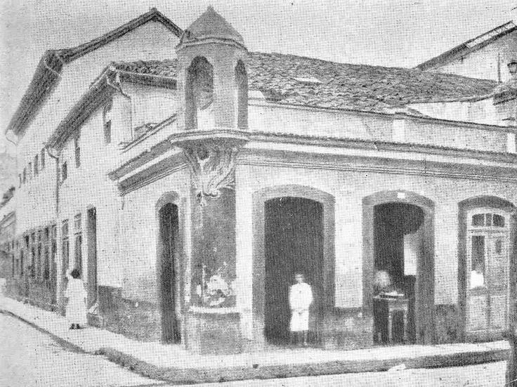 Oratório que iluminava a esquina das ruas da Alfândega e Regente Feijó. Foi demolido em 1906.