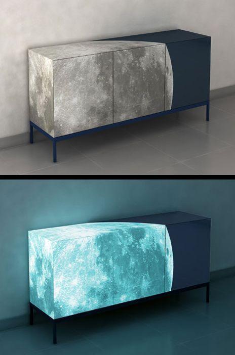 의자 디자인. 의자의 달에 빛이 나는 디자인을 하여 재미있는 디자인을 하였다