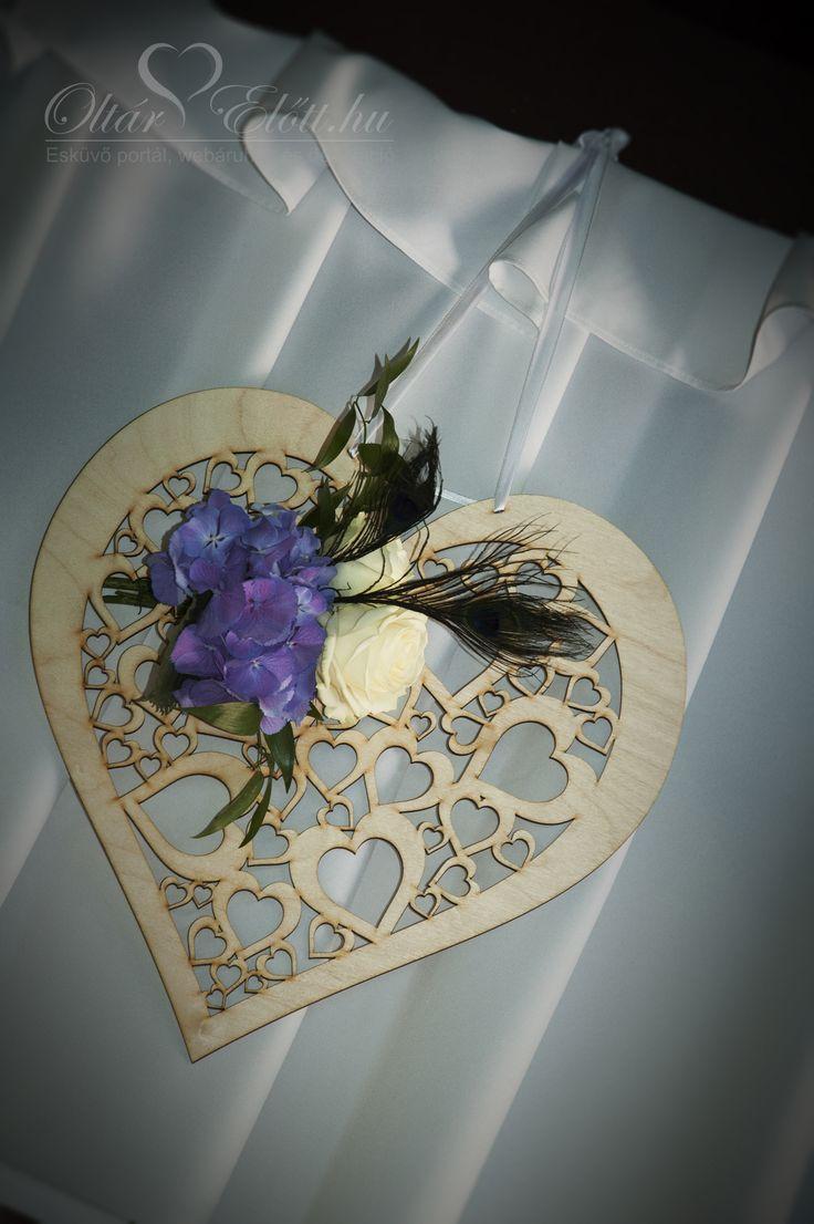 Natúr fa szív esküvői tábla sok kis szivecskével és virágdísszel