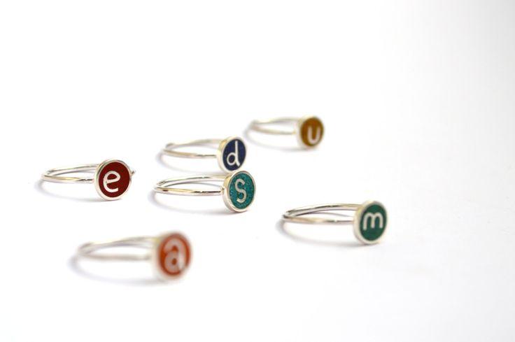 Anillo con Inicial de Plata 925 Estos anillos están hechos con hilos y láminas…