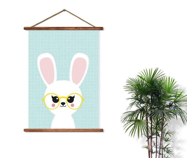 Poster konijn met bril staat in elke hippe kinderkamer voor een meisje of een jongen. Ook leuk om kado te doen of om zelf te gebruiken! Zo creëer je een nieuwe look in niet veel tijd en met weinig geld.
