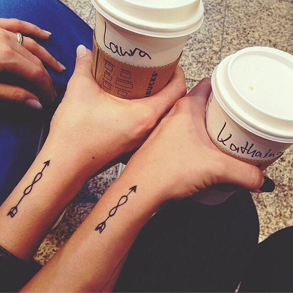 Vous désirez marquer votre amitié à jamais ? Voici 20 idées de tattoos pour les BFF ! Focus: best friend, meilleures amies, tatouage, café, coffee, arrow, flèches, signe de l'infini