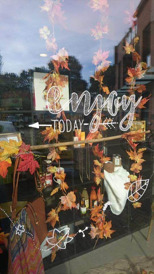 Enjoy today quote en Herfst blaadjes #raamtekening door Vera Beauty & Health en Lynda Home.