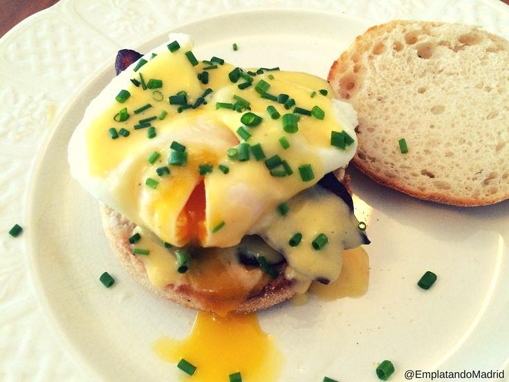 Huevos benedictinos: receta estadounidense, con salsa holandesa (Receta en salsas) .  Receta 1: con English muffins (receta en pan) y beacon ahumado