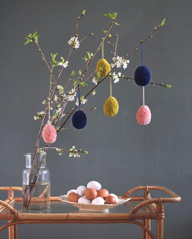 Påskpyssel! Gör påskägg av garnbollar att hänga i påskriset. Easter crafts diy - trim pom poms into eggs for easter @helenalyth