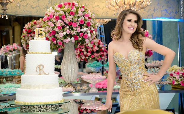 Muito dourado: Rafaela Assunção fez uma festa que foi luxo puro!
