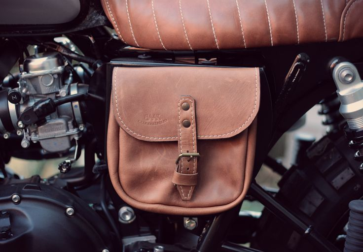 Our brown leather side saddlebag assembled on our Triumph Scrambler. Also suitable for Triumph Bonneville, Scrambler, Street Twin, T100 and T120.