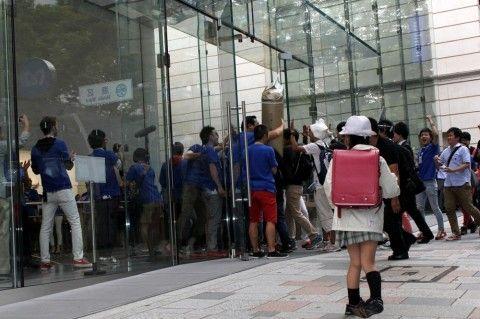 """iPhone6発売 表参道店に1300人、行列は途中で""""分裂"""" マナーに問題も"""
