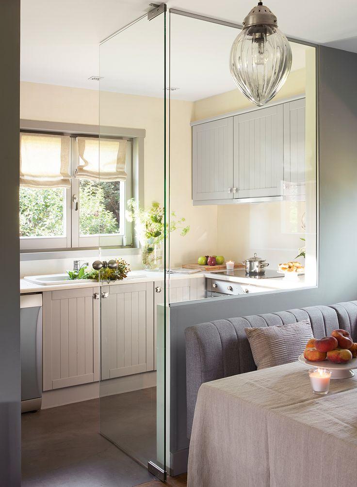Acceso a cocina con pared y puerta de cristal desde office