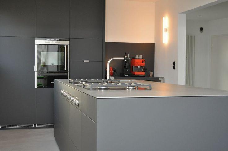 Grau / Anthrazitfarbene Küche nach Maß
