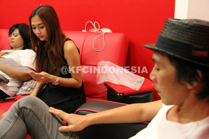 Aura Kasih sedang memahami lirik lagu baru Slank yang khusus diciptakan untuk KFC Adu Bintang