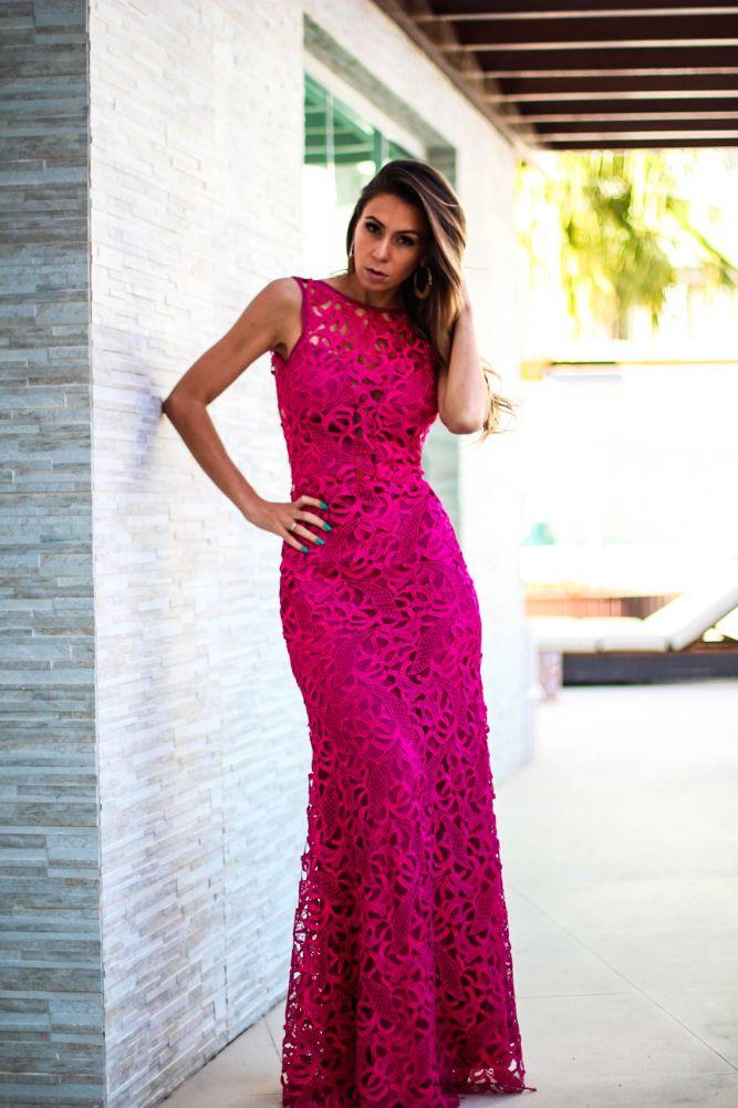 Vestido longo de renda pink com belo decote nas costas e detalhe vazado no peitoral.. Perfeito para quem procura vestidos de festa.
