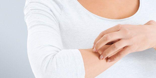Unsere Haut reagiert leicht gereizt. Die Folgen sind Juckreiz, Pickel oder Schuppen. Forscher berichten jetzt von einem neuen Hausmittel gegen Juckreiz.