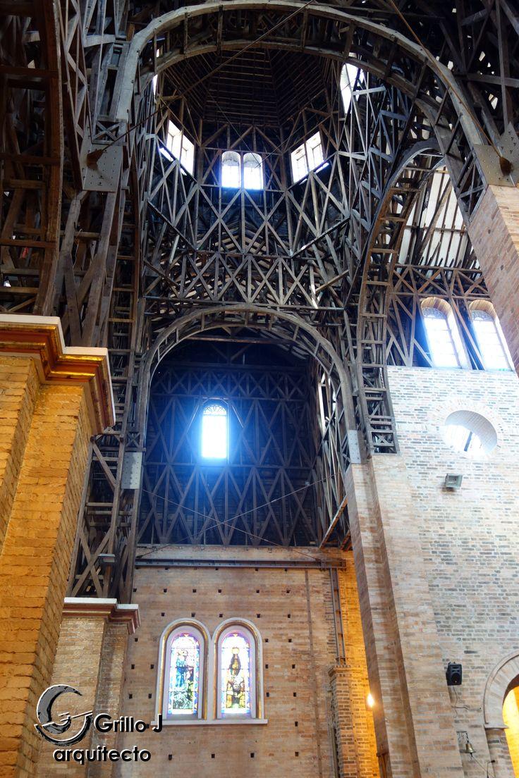 Catedral de Nuestra Señora de la Pobreza.  Los capiteles son en madera comino crespo