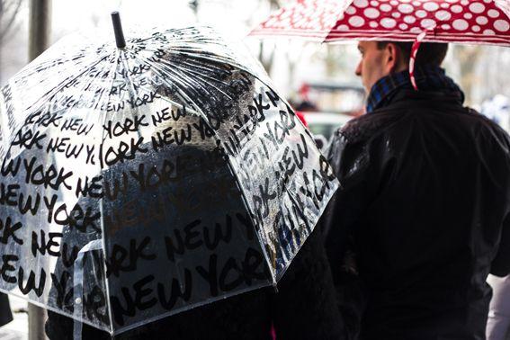 Paraplu, vervelend ding ben je groot kan de paraplu zomaar in je gezicht terecht komen als een iets kleiner persoon de paraplu vast heeft. #paraplu #umbrella #herfst #autumm #fiets #regen #bycicle #raining