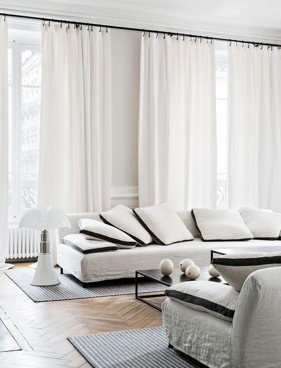 Gardiner - lyft rummet med gardiner i full-längder. Dessa gardiner i Maison Hands interiör hänger vackert i en klassisk svart gardinstång. För att uppnå samma uttryck rekommenderar vi skräddarsydda gardiner från Gotain i skir linnetyg. För att se gardinerna besök oss på www.gotain.com - Vi gör det enkelt att beställa skräddarsydda gardiner.  Bildkälla: Maison Hand #gardiner #gardin #linnegardin #vardagsrum