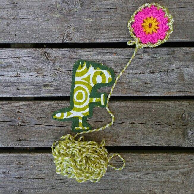 Crocheted flower from Allers Handarbetsbok and Dino.