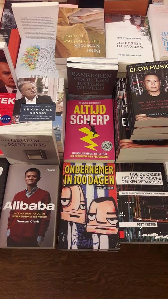 Leuk, het ondernemersboek 'Ondernemer in 100 dagen' van Thomas Blekman mooi gepresenteerd tussen alle andere managementboeken bij boekhandel H. de vries in Haarlem. #ondernemerin100dagen #thomasblekman #hdevriesboeken #futurouitgevers