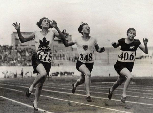 Amsterdam,1928: finale dei 100 metri femminili vinta dalla canadese Myrtle Cook (a sinistra). Le donne furono ammesse per la prima volta ai Giochi Olimpici di Parigi del 1900 concorrendo in discipline come il tennis su prato e il golf. Nel corso degli anni vennero ammesse a un numero sempre maggiore di specialità, fino ad arrivare alle Olimpiadi di Londra 2012, dove, con l'introduzione della boxe femminile, non vi sono più sport che non prevedono la partecipazione delle donne.