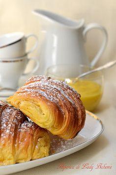 Ricetta croissant sfogliati di Luca Montersino CREMA PASTICCERA (ricetta base) 800 gr di latte intero, 200 gr di panna, 300 gr di tuorli, 300 gr di zucchero, 40 gr di amido di mais, 35 gr di amido di riso, un baccello di vaniglia Bourbon.-Portate a bollore il latte con la panna e i semi di vaniglia. Nel frattempo montate con la frusta i tuorli e lo zucchero, poi incorporate gli amidi sempre montando. Versate il composto sopra il latte in ebollizione, amalgamate bene il tutto con la frusta.