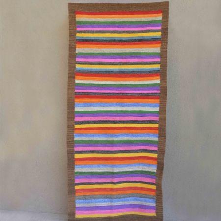 Alfombra o carpeta tejida en telar de peine con lana pura de oveja hilada con rueca y teñida a mano. Urdimbre de algodón y trama de lana. Suave en su textura y divertida en su diseño, ideal para usar en pasillos, escaleras y costados de cama.