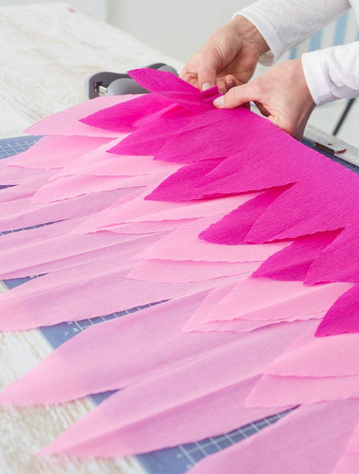 Schultüte: Krepppapier auseinanderfalten
