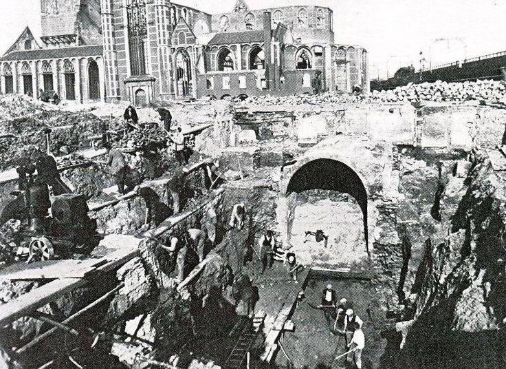 Bij het opruimen van de ruïnes na het bombardement van mei 1940 werden tal van resten van het middeleeuwse Rotterdam in de grond aangetroffen. Deze foto toont de deur en het gewelf van één van de sluizen die onder de Hoogstraat door het binnenwater op de havens loosden. Op de achtergrond de ruïne van de Grotekerk