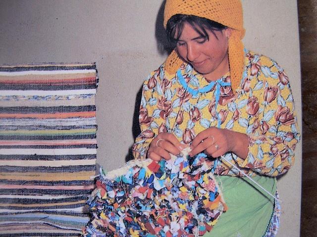 tapete de trapos presos by Rosa Pomar, via Flickr