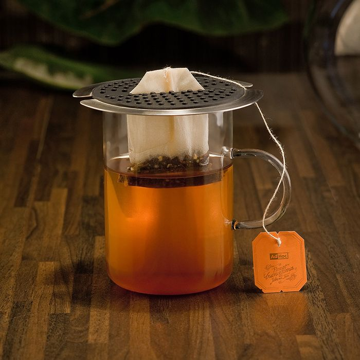 Finally a really good idea for people who do not steep loose tea, but instead prefer a tea bag. With this simple, but ingenious design the tea bag thread and tab do not fall into the cup. Even squeezing the hot tea bag is a breeze and can be done without burning any fingers, guaranteed.
