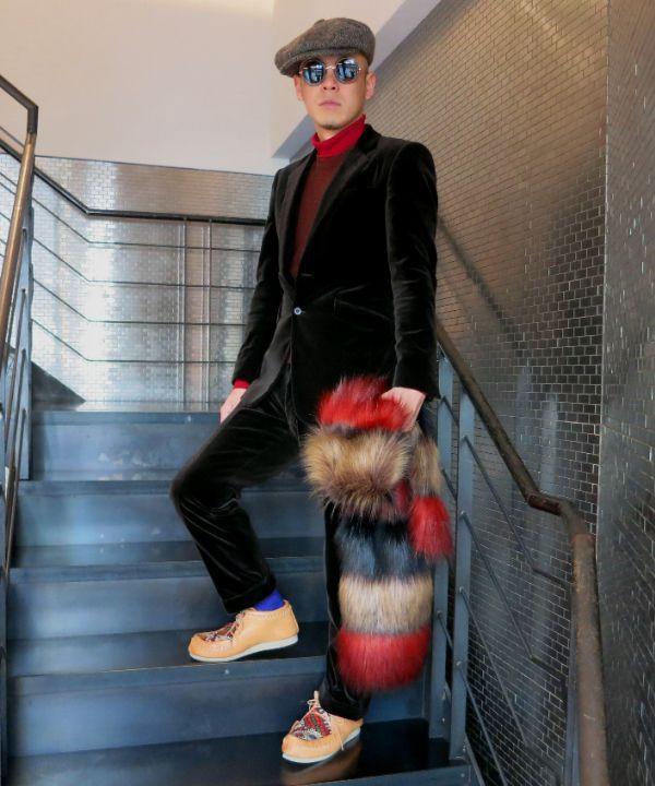ベルベット素材のスーツをドレスダウンしたコーディネート。クラフト感溢れるROSA MOSAのモカシンやニット・ベスト・オン・タートルニットの素朴さでベルベットの男前感を中和してみました。シューズに使われているオールドキリムの生地やファーのストールで、貴族っぽい素材感を足すことがベルベット(インドア)とモカシン(アウトドア)のツナギ役になっています。赤、オレンジ、バイオレット(ソックス)など強...