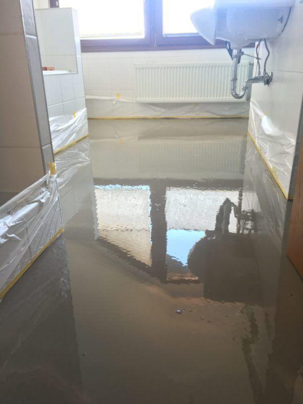 Gespachtelter Fußboden In Einem Badezimmer. Danach Wird Neuer Robuster  Vinylboden Verlegt.