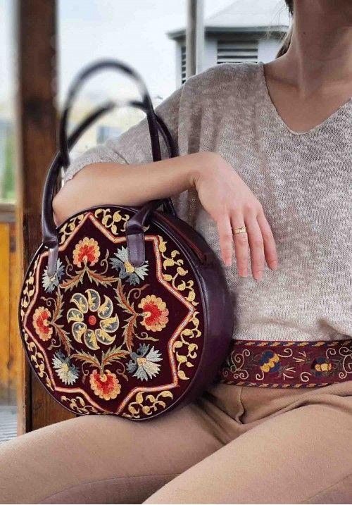 ксклюзивная дизайнерская сумка ручной работы.  Кожаная сумка с регулируемый ремешком. Ручная тамбурная вышивка шелковыми нитками по винтажному бархату в этой этнической сумке.  Внутри имеются кармашки для мелочей. Цвет: темно-бордовый. Диаметр: 30 см. КУПИТЬ В http://dotupbutik.ru  #Bags #Leather bags #Designer bags #сумки #кожаныесумки #дизайнерскиесумки