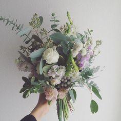 優しい雰囲気のお花に2種類のユーカリなど色々なグリーンを合わせたナチュラルクラッチブーケ。優しい香りがします @blancobianco_keiconakajima ×@atelier_nae のコラボドレスをお召しになりました ご結婚おめでとうございます #bouquet #flowers #RaQue #blancobianco #ateliernae #wedding