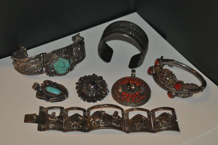 Catawiki, pagina di aste on line  Lotto in argento e pietre: 4 bracciali, 2 ciondoli e 1 spilla