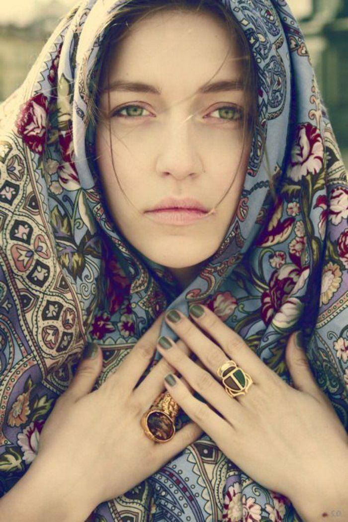 une belle femme au joli regard portant le foulard russe traditionnel