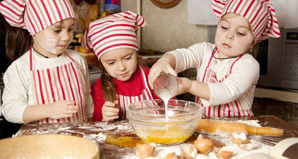 Il tuo bimbo non mangia in modo sano? Insegnagli a cucinare