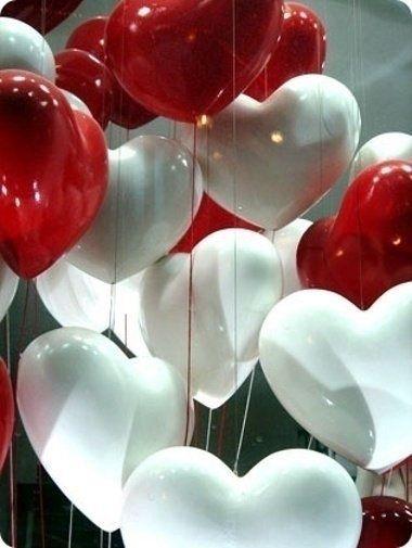 Globos con forma de corazón y forma redonda tradicional combinados. Tienen un brillo espectacular.