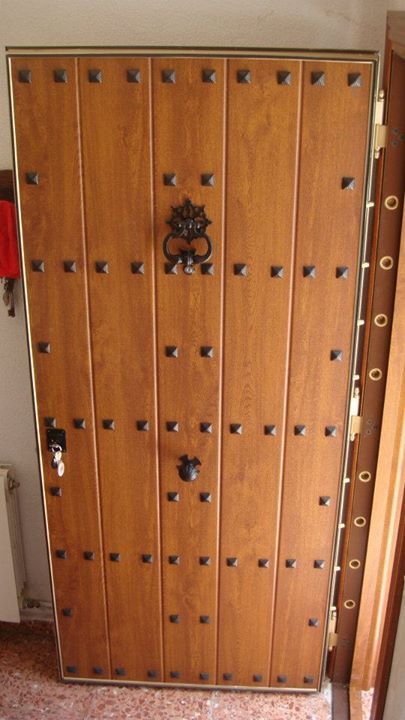 Puerta acorazada de seguridad estilo r stico con paneles de madera y tachuelas perfecta para - Puertas internas de madera ...