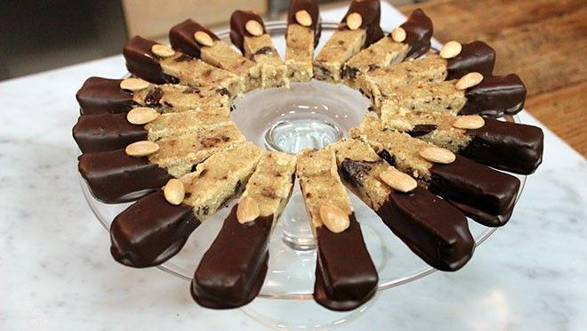 llestokje in de lengte en schraap het merg eruit. Meng in een kom het hazelnootpoeder met het amandelpoeder, de palmsuiker, de chocolade, het vanillemerg,...