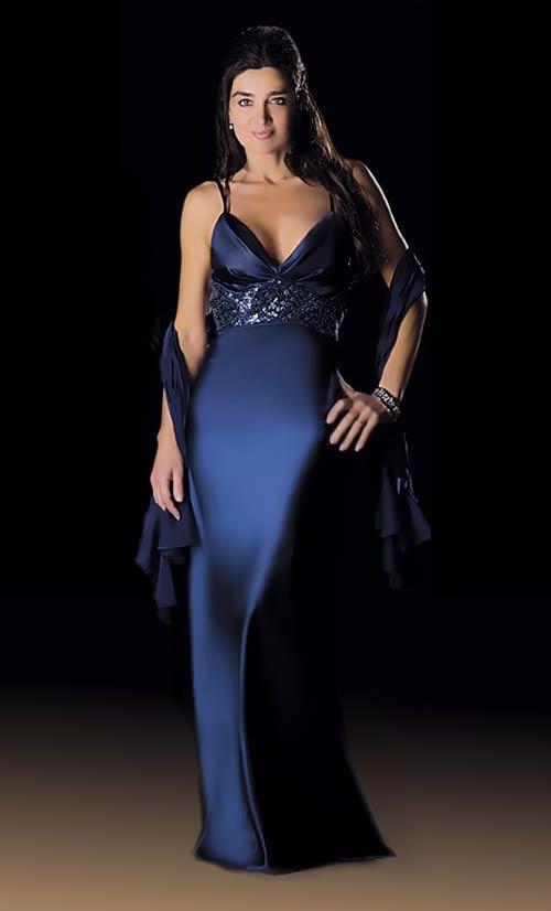 Espléndido vestido de noche en tono azul con detalles bordados.