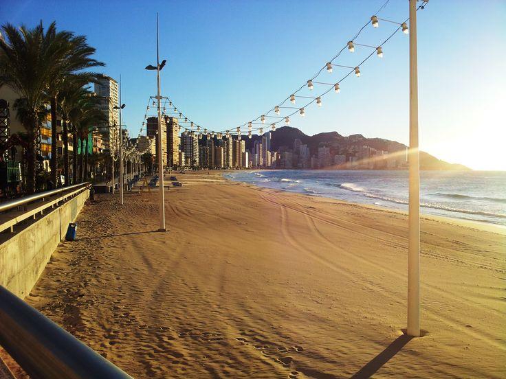 ¿Sabías que las playas de Benidorm se encuentran entre las mejores de Europa? Por sus 6 kilómetros de longitud, desde la playa de levante hasta la de poniente, por sus banderas azules, por sus vigilantes, por los deportes acuáticos que puedes econtrar... ¡Ven a conocerlas! #PlayaDePoniente #Benidorm #Playa #Mar #Arena #BeniLovers #VisitBenidorm