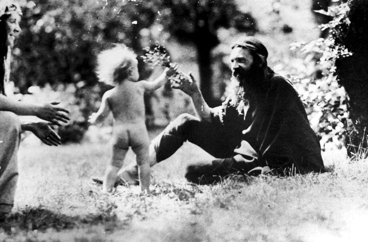 De var hippier før hippierne. Information. Fri kærlighed, vegetarianisme, feminisme, venstreorienteret politik, seksuelle eksperimenter og kollektive livsformer. Det lyder som ren flower power, men det er det ikke. En ny dokumentar fortæller historien om tyske præhippier i bjergkollektivet Monte Verità i år 1900