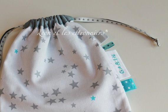 """Petit sac à liens coulissants """"Minneapolis"""" personnalisé, entièrement doublé, étoiles grises et turquoises, rubans décoratifs et prénom de l'enfant Léon et les citronniers*"""