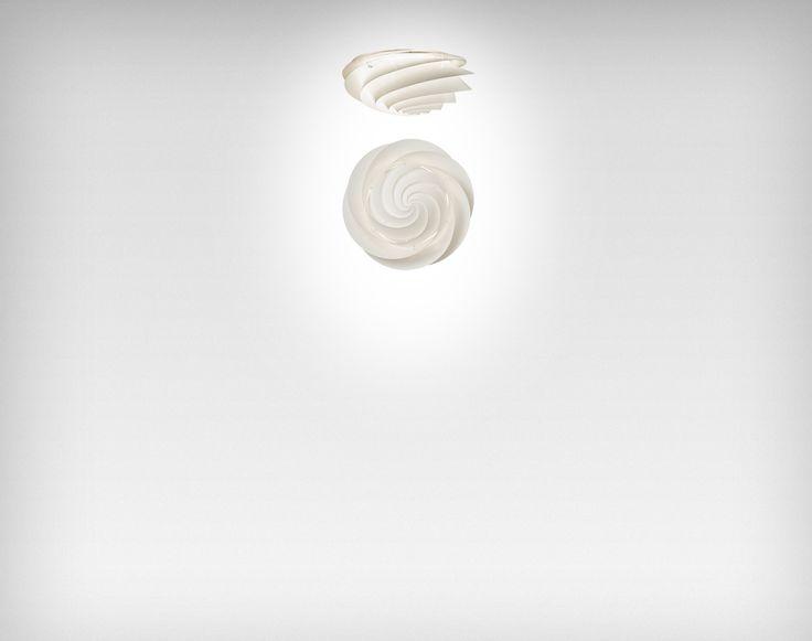 Lampen Swirl er trods klare referencer til LE KLINTs klassiske design og håndværk sin helt egen. Med sit transparente formsprog og de svungne lameller som fordeler lyset, giver lampen et fint brugslys, og er tillige en æstetisk nydelse i rummet.SWIRL væg- og loftlamper giver mange belysningsmæssige muligheder, og er særdeles velegnet til at bruge i forbindelse med halls, trapper, gangarealer, repos´er og andre steder hvor en harmonisk og integreret belysning er påkrævet.