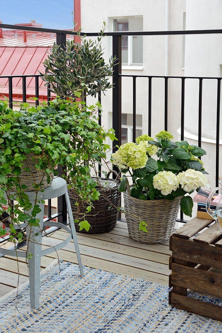 Trall, smidesräcke, plats för blommor & belysning