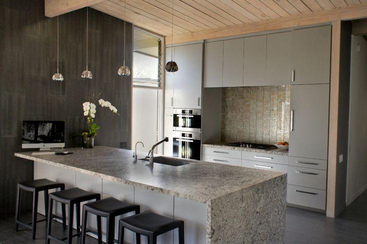 Выбрали серый оттенок для стен — тогда фасады мебели можно подобрать деревянные, или из МДФ, с внешним покрытием из шпона. Заказали серые кухонные шкафы — дополните их деревянной мебелью для сидения, декоративными балками на потолке, или красивым обеденным столом из бука.