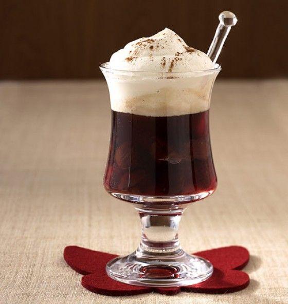 Rumtopf-Pharisäer: Heißer Kaffee mit Rum und Sahnehaube. Das ist mal ein ehrlicher Kaffee!