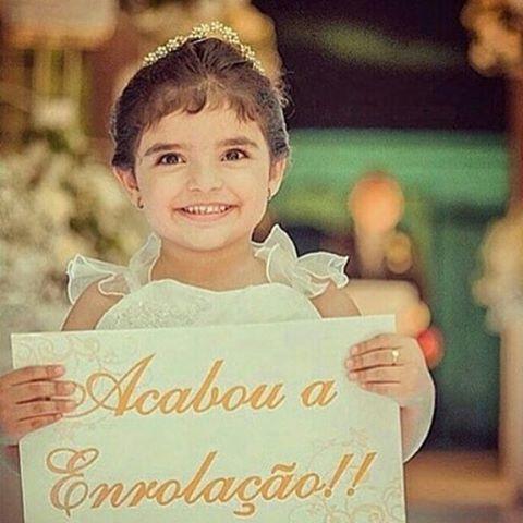Daminha linda e plaquinha fofa para se inspirar  . Encontrei no IG da Carol linda:  @loucaspcasar  . #blog #apenastrespalavras #simeuaceito #casar #casorio #casamento #casamentos #noiva #noivo #noivas #noivos #noivinha #noivinhos #noivado #noivinhos #noivas2016 #namorado #eueele #voucasar #vamoscasar #daminha #flowergirl #plaquinha #casamentonaigreja #frases #frasedodia #instanoiva #casamentonapraia #casamentonocampo