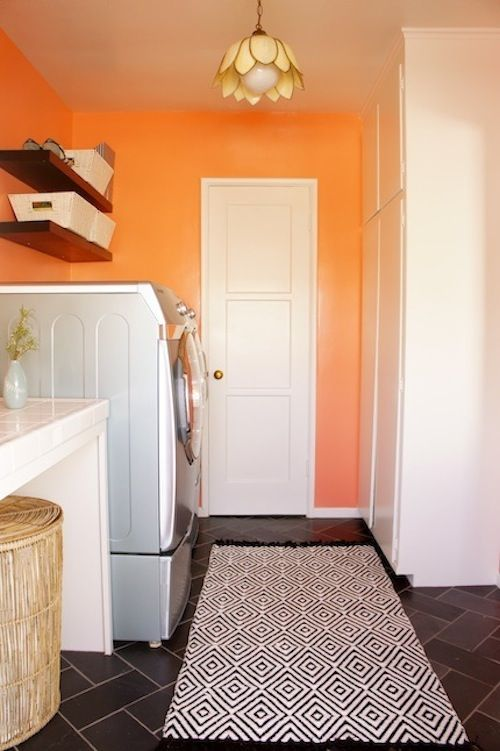 Such a pretty laundry room. Love the rug and big counter.